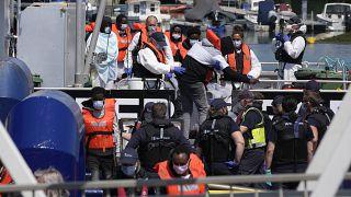إنزال مهاجرين عبروا من فرنسا بعد أن التقطتهم سفينة تابعة لقوات الحدود البريطانية في القنال، جنوب شرق إنجلترا. 2021/07/22