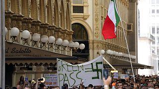 Eine Demonstration von Impfgegnern inklusive eines Hakenkreuz-Banners im Zentrum von Mailand am vergangenen Samstag