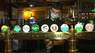 Reabrem pubs na Irlanda depois de um ano e meio encerrados
