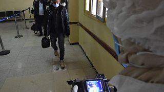 الجزائر تعفي الوافدين من إلزامية الخضوع لحجر صحي رغم ارتفاع الإصابات