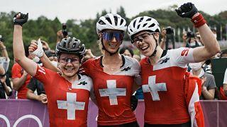 Suíça faz pleno de medalhas em Tóquio no ciclismo feminino