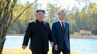 صورة من الارشيف - زعيم كوريا الشمالية كيم جونغ أون (إلى اليسار) والرئيس الكوري الجنوبي مون جاي إن (إلى اليمين)