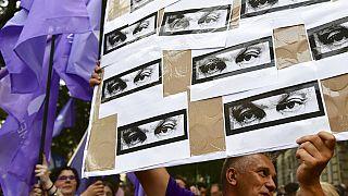 Des membres du parti d'opposition Momentum manifestent contre la surveillance des journalistes et des avocats par le gouvernement, révélée par l'Affaire Pegasus