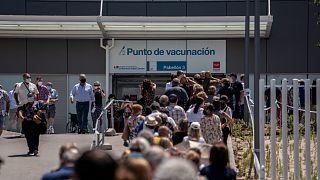 المئات يصطفون للتطعيم ضد كوفيد-١٩ في مستشفى بمدريد باسبانيا