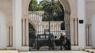 جنود يحرسون مدخل مبنى البرلمان في تونس