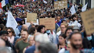 متظاهرون يحتجون في باريس على قيود مكافحة كوفيد -19 والتطعيم ضد المرض