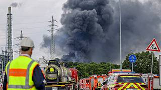 Fumo nero che si sprigiona dall'inceneritore di Leverkusen.