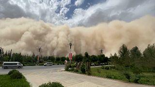 Çin'de kum fırtınası, turizm merkezi şehri yuttu