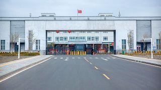 A 3-as számú Urumcsi fogolytábor bejárata a nyugat-kínai Hszincsiang-Ujgur Autonóm Területen, Dabancseng városában