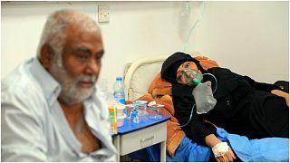 """سيدة عراقية مصابة بـ""""كوفيد-19"""" تتلقى العلاج في إحدى مشافي مدينة النجف البلاد 14 تموز/يوليو 2021"""