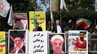 İngiltere'de İran Cumhurbaşkanı Hasan Ruhani (sağda) ve Dini Lider Ayetullah'ı protesto eden İran Milli Direniş Konseyi ve İran Halk Mücahitleri taraftarları (arşiv)