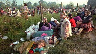 Srebrenitsa'dan kaçan Boşnaklar Tuzla'da BM üssüne yakın noktada beklerken (14 Temmuz 1995)