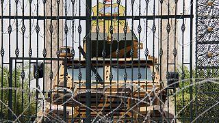 Entrada del Parlamento de Túnez, bloqueada por un blindado y una alambrada