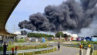 Patlama nedeniyle kilometrelerce uzaktan görülebilen yoğun duman oluştu