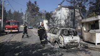 وصلت الحرائق إلى ضواحي العاصمة اليونانية حيث توجد تجمعات سكنية