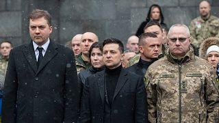 Ukrayna Devlet Başkanı Vladimir Zelenskiy (orta), Genelkurmay Başkanı Ruslan Homçak'ı (sağ) görevden aldı