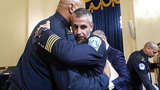 Le sergent Harry Dunn de la sécurité du Capitole, embrassant l'officier de police Michael Fanone après l'audition de la commission parlementaire, 27 juillet 2021