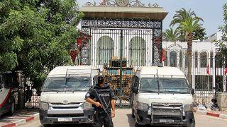 سيارات الشرطة وناقلة جند مدرعة تغلق مدخل البرلمان التونسي بتونس العاصمة. 2021/07/27