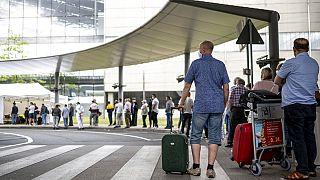 Reisende am Flughafen Köln/Bonn stehen Schlange