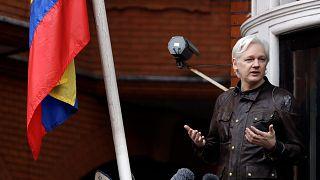 Julian Assange Ekvator'un Londra Büyükelçiliği'ndeki balkonunda