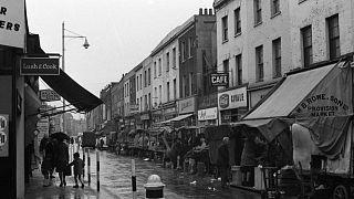 متاجر وأكشاك في شارع  بمدينة  لامبيث، جنوب لندن ، أكتوبر 1967