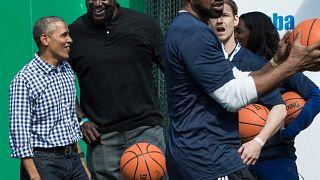 الرئيس الأمريكي باراك أوباما يمزح مع لاعب كرة السلة السابق في الدوري الاميركي للمحترفين -  شاكيل اونيل-  مارس / 2016