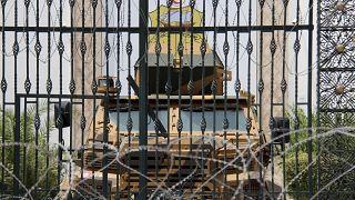 سيارة شرطة في مدخل البرلمان التونسي