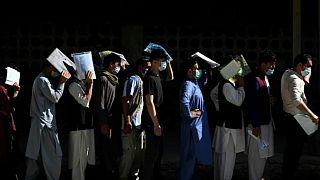 Pasaport kuyruğunda bekleyen Afganlar