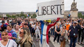 Tüntetés Párizsban a francia kormány járványügyi intézkedései ellen
