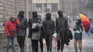 La statua dei Beatles, bella anche sotto la pioggia di Liverpool.