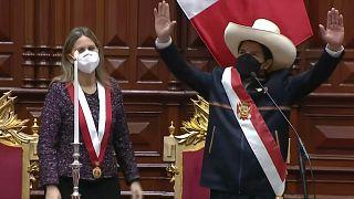 Pedro Castillo saluda tras recibir la banda presidencial de manos de la Presidenta del Parlamento