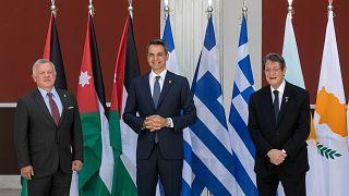 Yunanistan Başbakanı Kiryakos Miçotakis (orta), Ürdün Kralı 2. Abdullah (sol) ve Güney Kıbrıs Rum Yönetimi (GKRY) lideri Nikos Anastasiadis Atina'da biraraya geldi