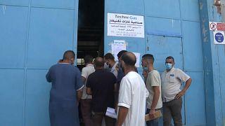 جزائريون يحاولون الحصول على أنبوبة أوكسجين