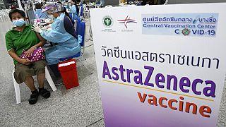 سيدة تتلقى جرعة من لقاح استرازينيكا  في مركز التطعيم المركزي في بانكوك، تايلاند، 14 تموز / يوليو، 2021.