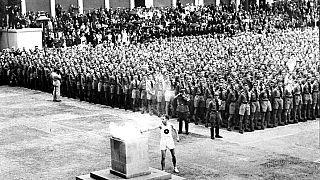 En esta foto de archivo del 1 de agosto de 1936 se enciende la antorcha olímpica en Lustgarten, Berlín