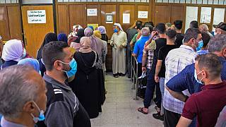 عراقيون ينتظرون دورهم لتلقي لقاح فايزر- بيوانتك، مستشفى السلام في مدينة الموصل - 29 يوليو / تموز 2021.