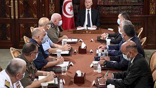الرئيس التونسي قيس سعيد خلال أمني مع عناصر من الجيش والشرطة في تونس العاصمة، تونس، الأحد 25 يوليو 2021.