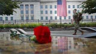 جندي أمريكي يسير في ساحة النصب التذكاري الوطني للبنتاغون قبل بدء الاحتفال بالذكرى الـ17 لهجمات 11 سبتمبر 2001