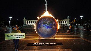 Klímavészhelyzetre figyelmeztetnek az aktivisták a budapesti Hősök terén