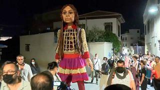 آغاز سفر «امل کوچک»؛ عروسکی که نماد کودکان مهاجر است
