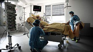 Auf einer Covid-19-Station in einem Krankenhaus in Creteil bei Paris in Frankreich
