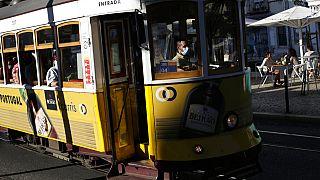 Straßenbahn und Café in Lissabon - Corona-Lockerungen seit dem 1. August 2021