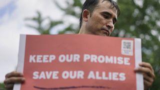 """عبد الواحد فوروزان، مترجم سابق للجيش الأمريكي في أفغانستان، يحمل لافتة """"حافظوا على وعدنا وأنقذوا حلفاءنا"""" بالقرب من البيت الأبيض، في واشنطن، الخميس 1 يوليو 2021"""