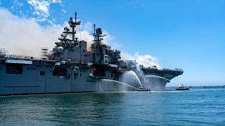 """حريق على متن السفينة """"يو إس إس بونهوم ريتشارد"""" في القاعدة البحرية في سان دييغو، كاليفورنيا، الأحد 12 يوليو 2020"""