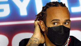 Lewis Hamilton egy csütörtöki sajtótájékoztatón