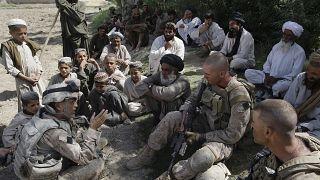 جوش حبيب، أقصى اليسار، مترجم لدى قوات المارينز الأمريكية، يتحدث مع القرويين الأفغان واثنين من مشاة البحرية في منطقة ناوا بمقاطعة هلمند بأفغانستان.