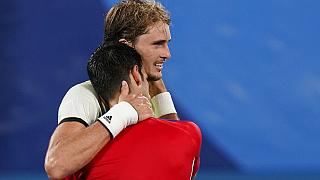 Alexander Zverev mit Novak Djokovic in Tokio