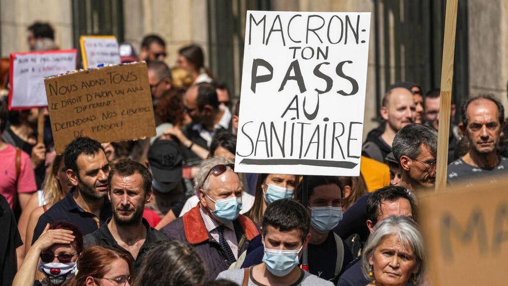 Beperelte az őt Hitlerként ábrázoló plakáttulajdonost Emmanuel Macron