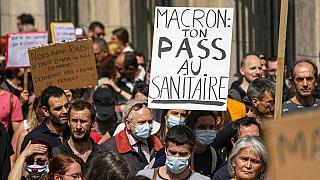 Tiltakozás a francia járványügyi intézkedések ellen