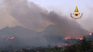 Condições climáticas extremas mantêm fogos florestais ativos em vários países